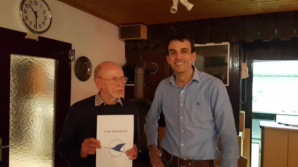 Peter Baumbusch (links) wird für 30 Jahre ehrenamtliches Engagement geehrt.